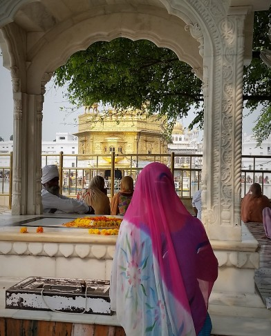 Woman praying Amritsar.jpg